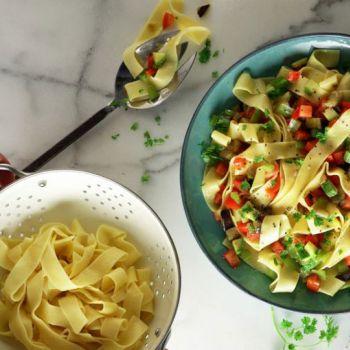 Παπαρδέλες με λαχανικά, ελιές και ξερό κόλιανδρο