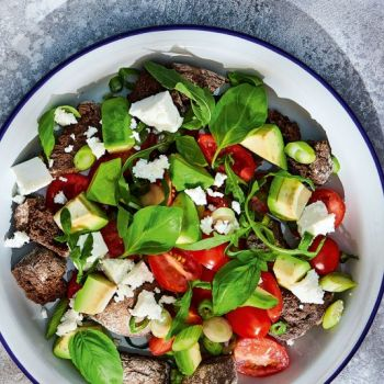 Ντοματίνια με αβοκάντο, μυζήθρα και σάλτσα με χαρουπόμελο