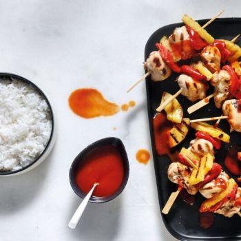 Σουβλάκια κοτόπουλου με γλυκόξινη σάλτσα και ανανά